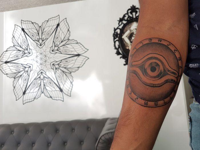 Tatuaje circular en antebrazo