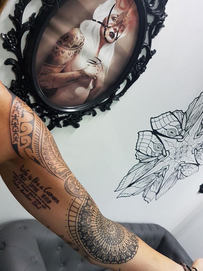 Tatuaje geométrico en brazo