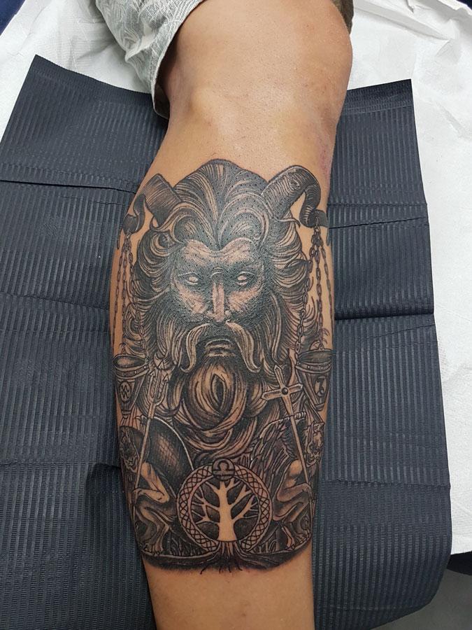 Tatuaje figurativo en blanco y negro