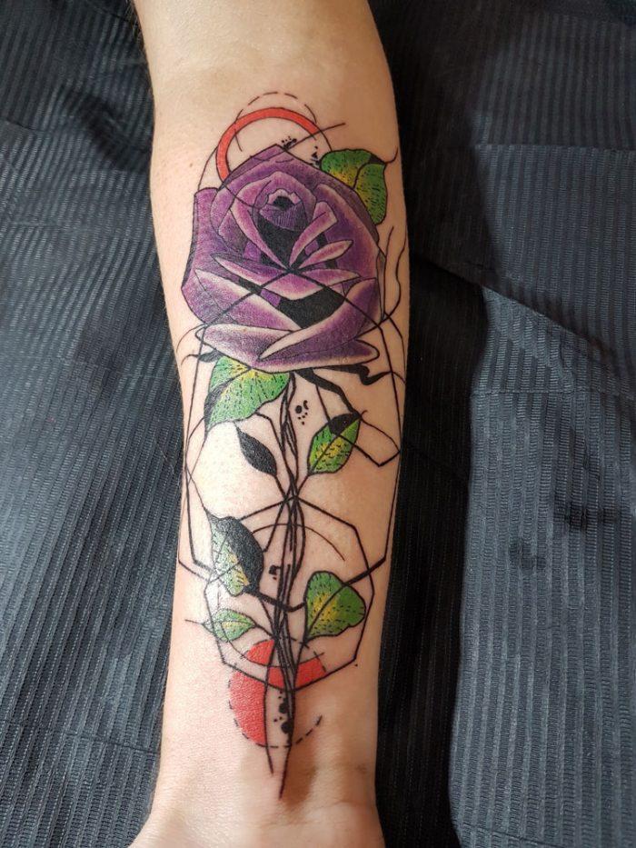 Tatuaje de rosa geométrica
