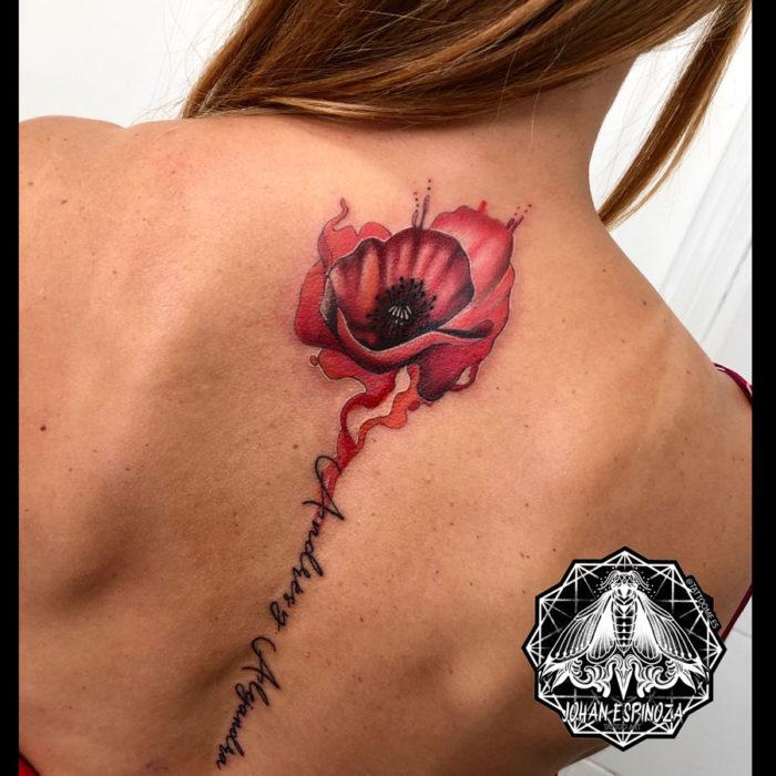 Tatuaje de amapola en la espalda con lettering