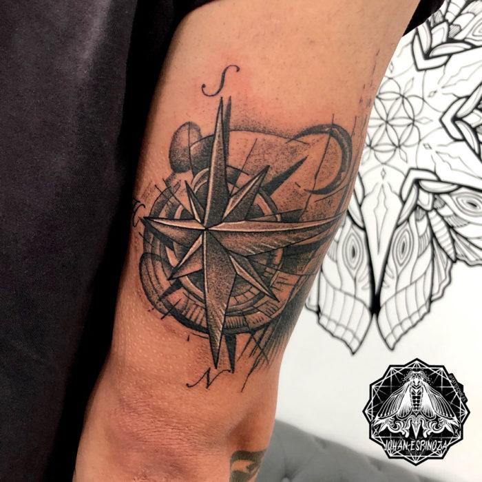 Tatuaje de Brújula en el triceps