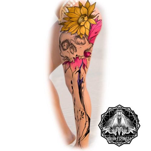 floral-calavera-color-tatuaje-pierna