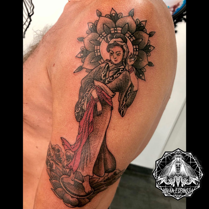 Tatuaje de Geisha en el brazo