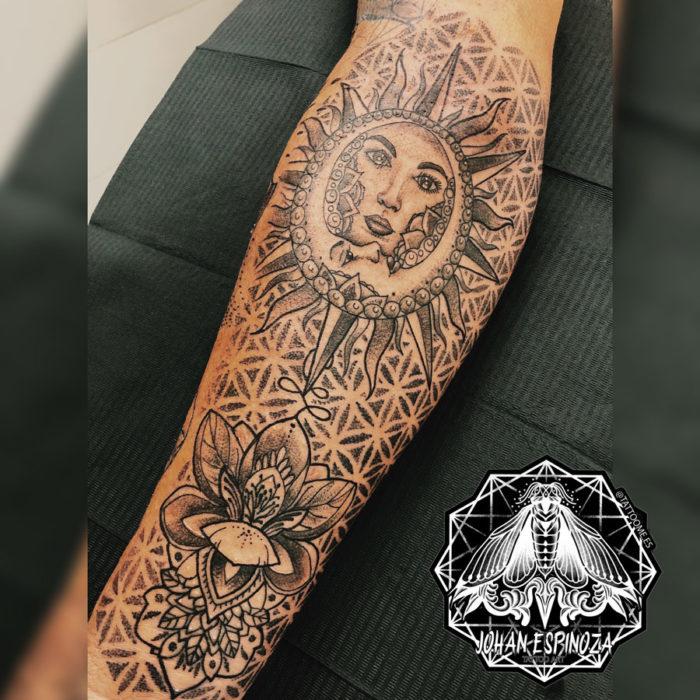 Tatuaje geométrico con sol