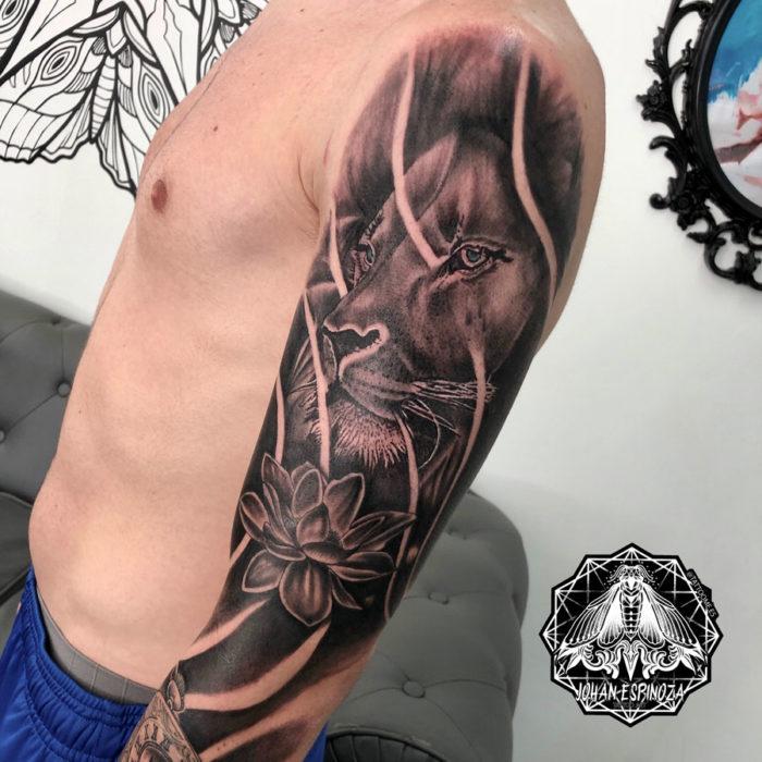 Tatuaje de león realista en la espalda