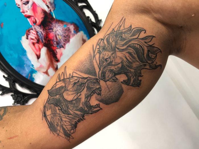 Tatuaje de leones en el brazo