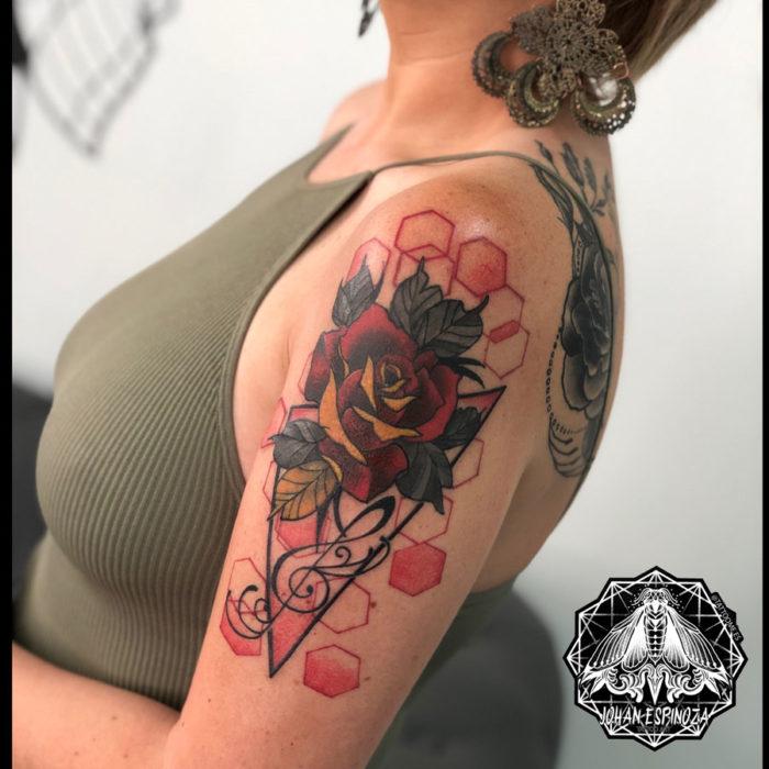 Tatuaje de rosa y geométrico en el hombro