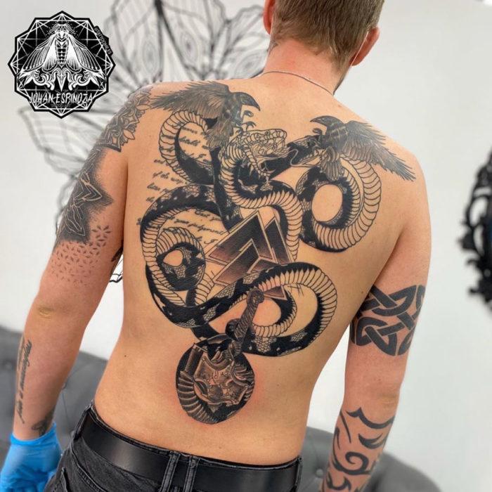 Tatuaje de Serpiente y Cuervos en la espalda